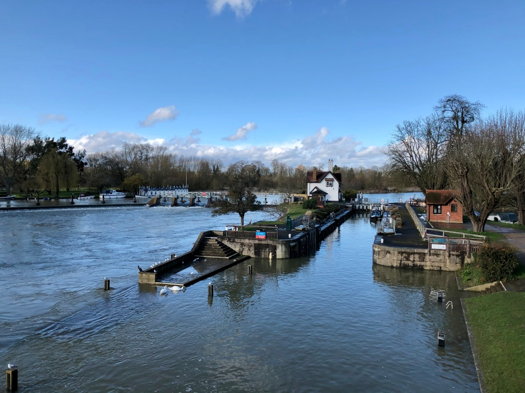 Colour photograph of Goring lock and lockhouse. Two swans and some seagulls are in the foreground.
